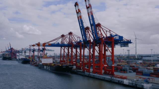 ハンバーの貨物ターミナルでのコンテナ船の空中写真 ビデオ