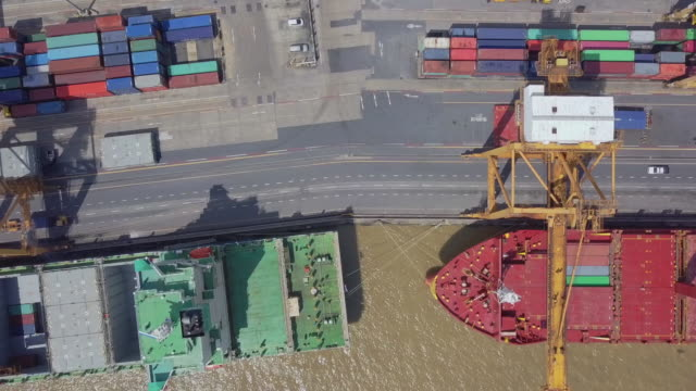 vídeos de stock e filmes b-roll de 4k: aerial view of container ship in import export and business logistic. - drone shipyard night