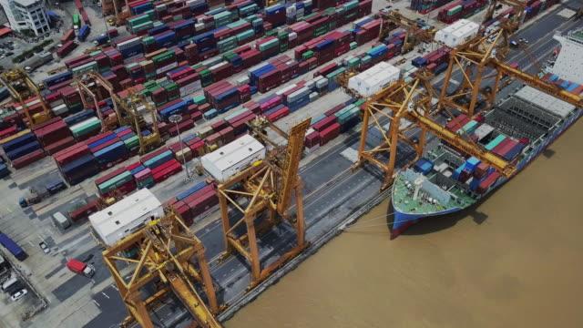 flygfoto över containerfartyg i importera exportera och business logistic, last till hamnen - skrov bildbanksvideor och videomaterial från bakom kulisserna