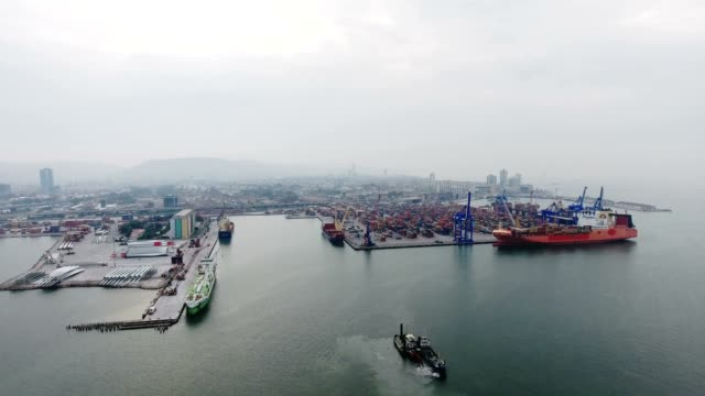 vídeos y material grabado en eventos de stock de vista aérea de las naves de envase y port.4k - oakland