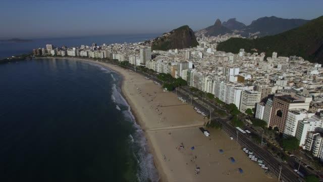 コパカバーナビーチの空中ビュー夏の間、雲のない太陽。ブラジル。 - コパカバーナ海岸点の映像素材/bロール