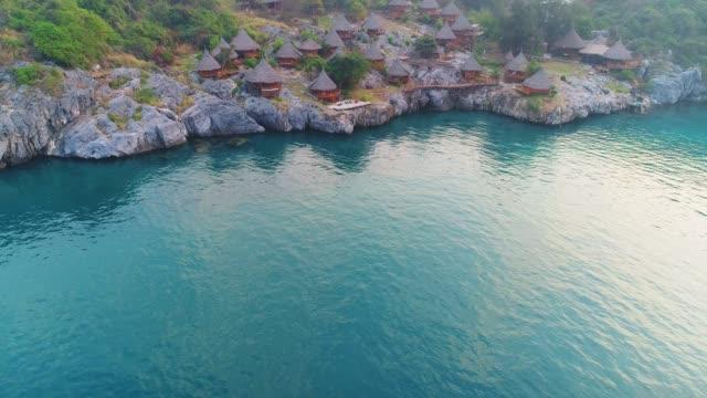 vídeos y material grabado en eventos de stock de vista aérea de cottage en la isla si chang, tailandia. - río yangtsé