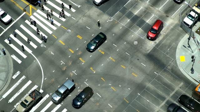 人行橫道和交通的鳥瞰圖 - 道路交叉口 個影片檔及 b 捲影像