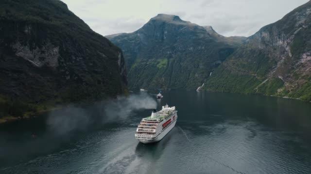 veduta aerea delle navi da crociera su geirangerfjord in norvegia - crociera video stock e b–roll