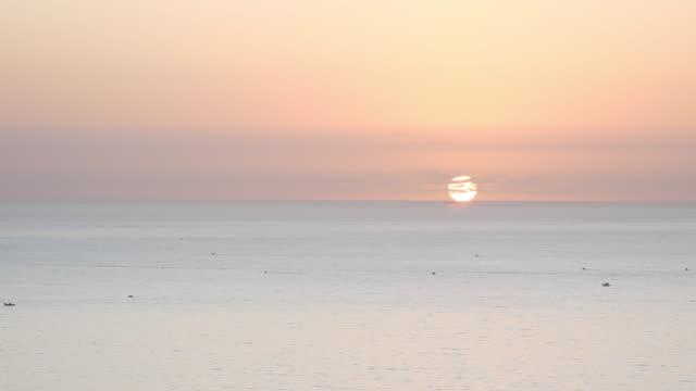 luftaufnahme von cullera bei sonnenaufgang - horizont über wasser stock-videos und b-roll-filmmaterial