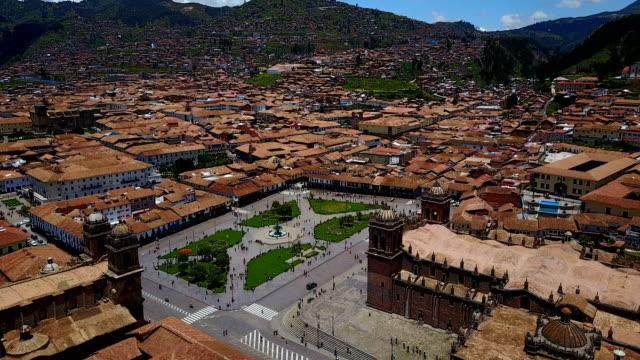 luftaufnahme des hauptplatzes von cusco am sonnigen tag - peru stock-videos und b-roll-filmmaterial