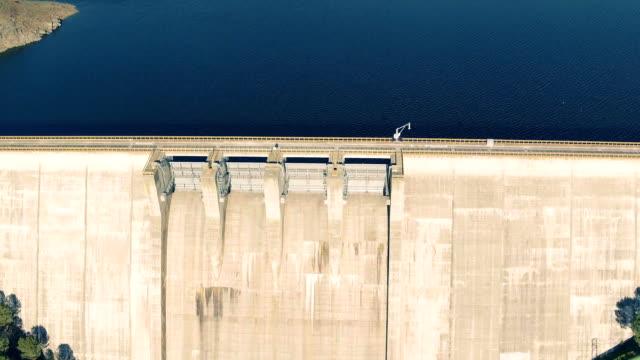 vídeos de stock e filmes b-roll de aerial view of dam near pomarao - vídeos de barragem portugal