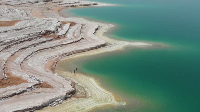 vidéos et rushes de vue aérienne de la mer morte - jordanie. 4k - baie eau