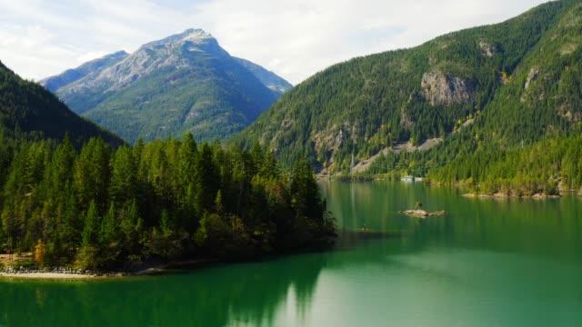 vídeos de stock e filmes b-roll de aerial view of diablo lake - margem do lago