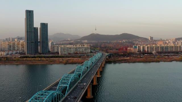 vídeos y material grabado en eventos de stock de vista aérea de dongjak-daegyo es un puente sobre el río han y torre namsan de seúl en seúl, corea del sur. - n seoul tower