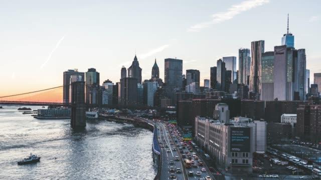 t/l pfanne luftaufnahme von downtown manhattan bei sonnenuntergang, nyc - manhattan stock-videos und b-roll-filmmaterial