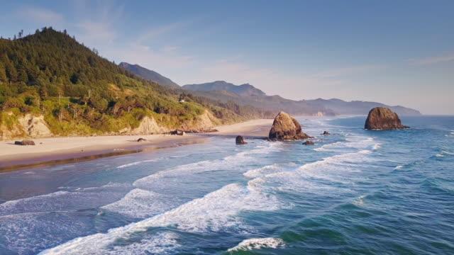 stockvideo's en b-roll-footage met luchtfoto van dramatische oregon kust - rocks sea