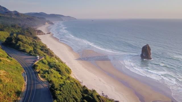 vídeos de stock, filmes e b-roll de vista aérea da costa de oregon dramática - américa do norte