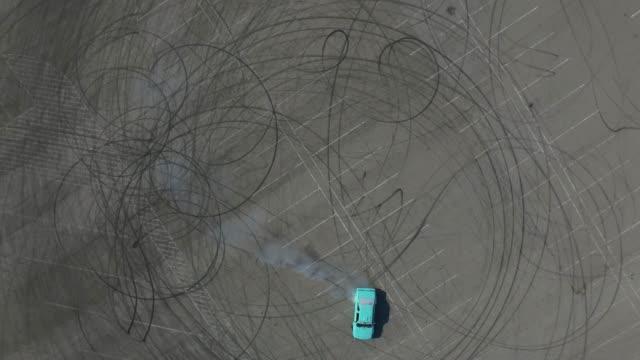 vídeos y material grabado en eventos de stock de vista aérea del entrenamiento del conductor a la deriva en el coche deportivo. - nieve amontonada