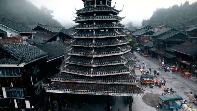 朝の趙興東村のドラムタワーの空中写真、貴州、中国 - 仏塔点の映像素材/bロール