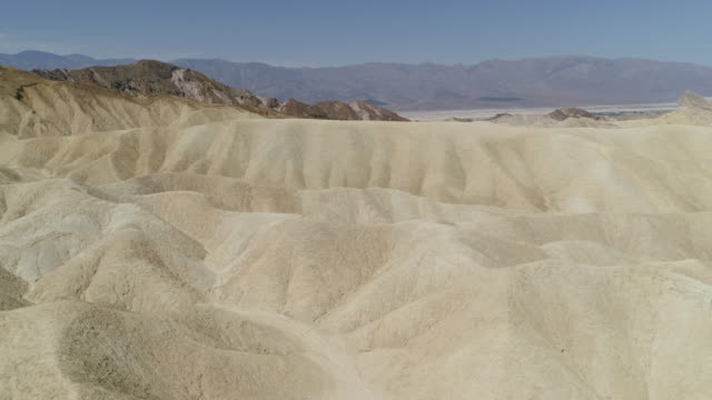 vídeos de stock e filmes b-roll de aerial view of dunes and mountains in death valley - great basin