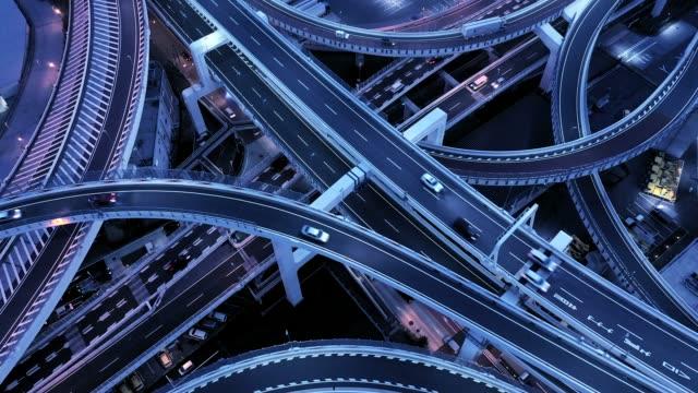 夜に高架道路の空撮 - 交差点点の映像素材/bロール