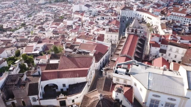 vídeos de stock e filmes b-roll de aerial view of elvas cityscape overlooking of old catholic cathedral - portalegre