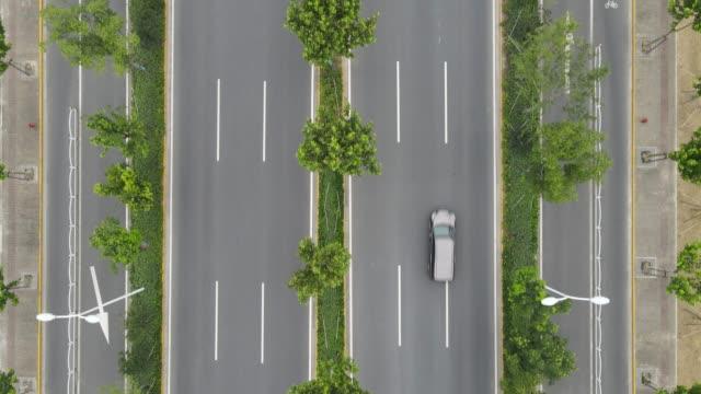 vidéos et rushes de vue aérienne de l'autoroute vide et du passage supérieur dans la ville le jour nuageux peu de voitures - route surélevée
