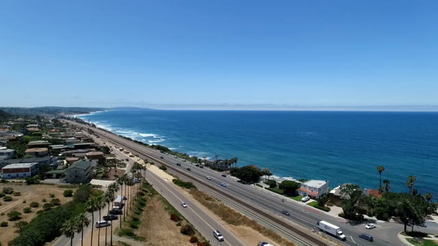 vídeos de stock e filmes b-roll de aerial view of encinitas - estrada 001
