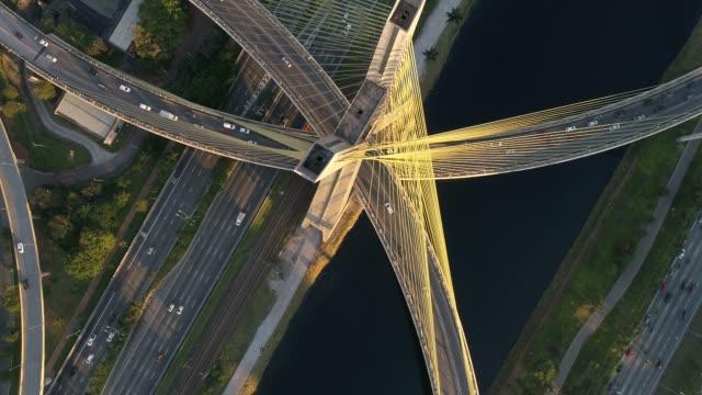 sao paulo, brezilya için estaiada köprüsü'nün havadan görünümü - bridge stok videoları ve detay görüntü çekimi