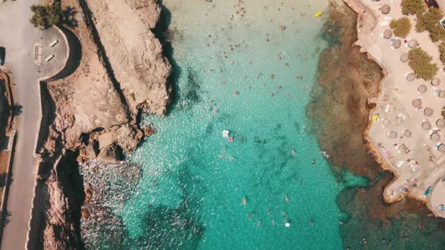 luftaufnahme des exotischen strandes auf mallorca - sonnenschirm stock-videos und b-roll-filmmaterial