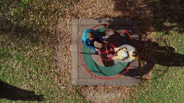 luftaufnahme der familie spinning im karussell, zagreb, kroatien. - kinderspielplatz stock-videos und b-roll-filmmaterial