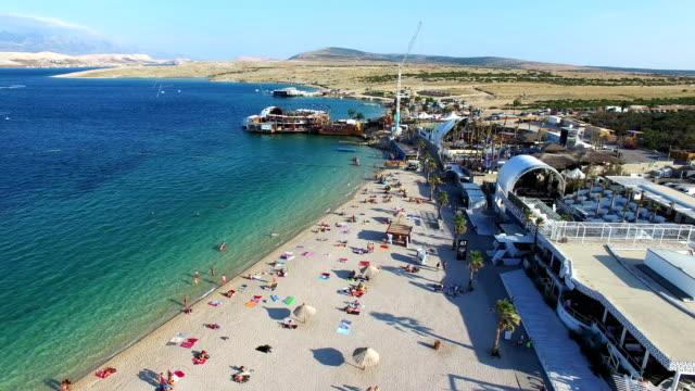 luftaufnahme des berühmten zrce strand pag partyinsel am morgen, kroatien - spring break stock-videos und b-roll-filmmaterial