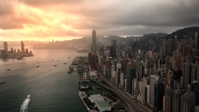 stockvideo's en b-roll-footage met luchtmening van veerboot die aan de haven van victoria bij schemer wordt geleid - hongkong