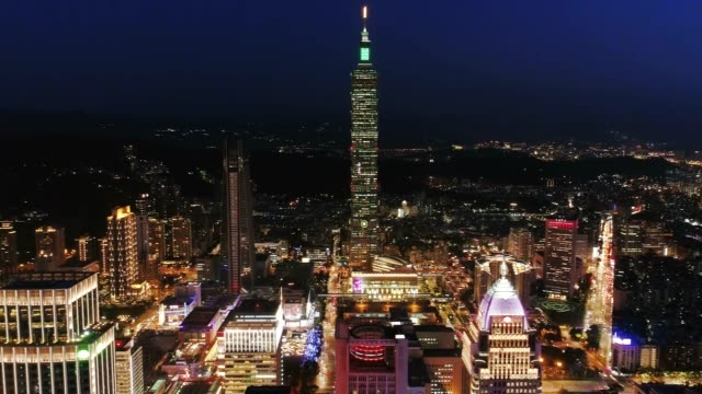aerial view of financial district in taipei at night, taiwan - ночной рынок стоковые видео и кадры b-roll
