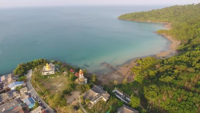 aerial view of fisherman coastal village, aerial shot - графство дерри стоковые видео и кадры b-roll