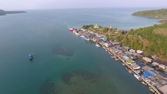 вид с воздуха на прибрежную деревню рыбаков на острове - графство дерри стоковые видео и кадры b-roll
