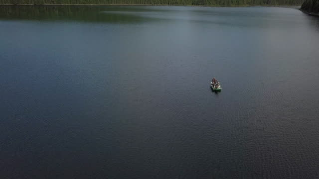 luftaufnahme des fishermans angeln vom boot auf see - fischköder stock-videos und b-roll-filmmaterial