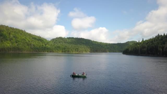luftaufnahme des fishermans angeln vom boot auf see - fang stock-videos und b-roll-filmmaterial