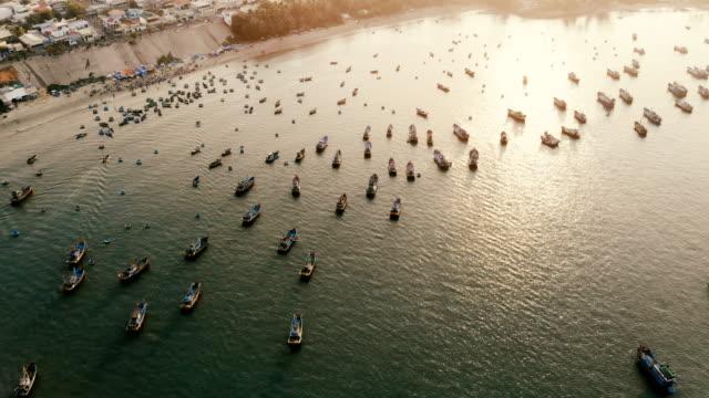 湾の漁師のボートの空撮 ビデオ