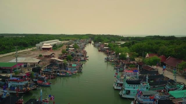 flygfoto över fiskebåtar som står på piren - meta bildbanksvideor och videomaterial från bakom kulisserna