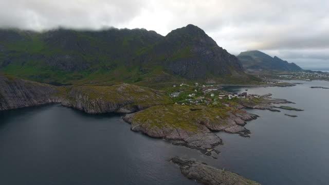 vídeos de stock e filmes b-roll de aerial view of fishing village a in lofoten islands at midnight sun in norway - reine