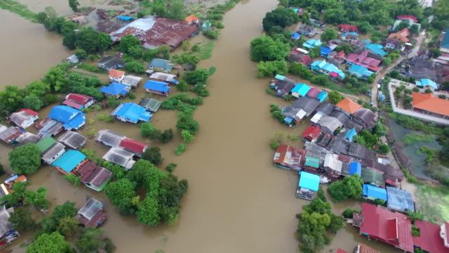 veduta aerea dell'alluvione nella provincia di ayutthaya, thailandia. - fenomeno naturale video stock e b–roll