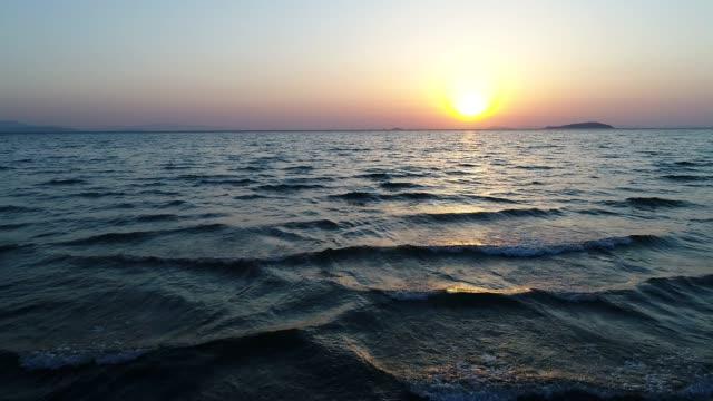 vídeos de stock e filmes b-roll de aerial view of flying drone of sea against a sunset sky - maré
