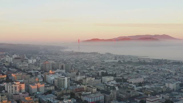 vídeos de stock, filmes e b-roll de vista aérea da neblina sobre a baía de são francisco - baía