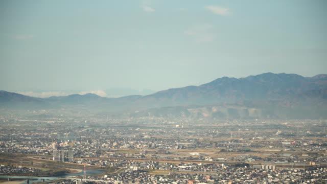 霧に覆われた岐阜県岐阜市の空撮 - 斜めから見た図点の映像素材/bロール