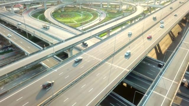 高速公路的鳥瞰圖 - 道路交叉口 個影片檔及 b 捲影像