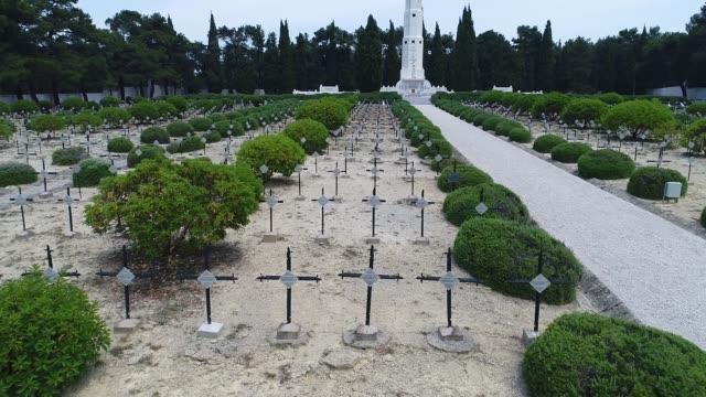 vidéos et rushes de vue aérienne du cimetière de français à gallipoli - première guerre mondiale