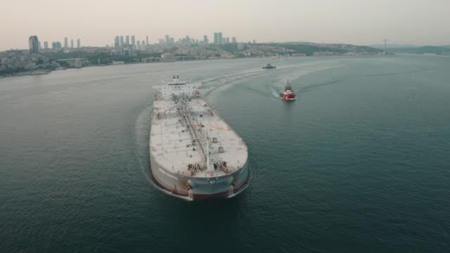 vídeos de stock, filmes e b-roll de vista aérea do tanque de combustível em istambul bósforo. imagens 4k na turquia - navio tanque embarcação industrial