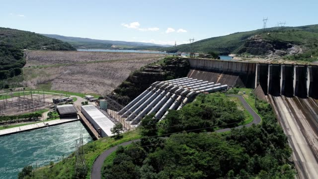 furnas 'ın hidroeletrik, minas gerais, brezilya havadan görünümü. enerji üretimi. furnas barajı. capitolio 'nun lagünü. seyahat yeri. tropikal seyahat. turizm noktası. - minas gerais eyaleti stok videoları ve detay görüntü çekimi
