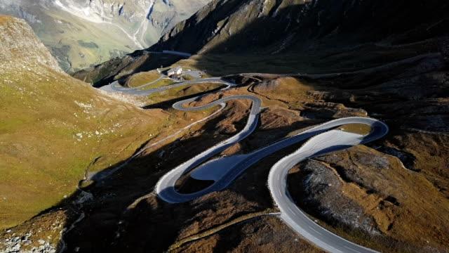 veduta aerea del passo fuscher torl sulla panoramica strada alpina grossglockner, austria - passo montano video stock e b–roll