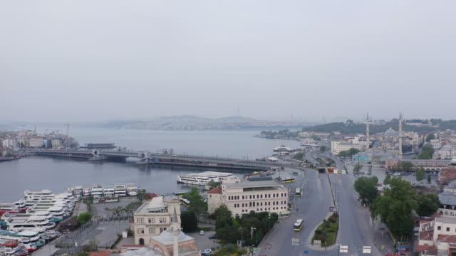 vídeos y material grabado en eventos de stock de vista aérea del puente de gálata y el cuerno de oro. 4k imágenes en turquía - distrito eminonu