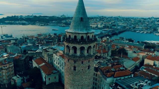 vídeos y material grabado en eventos de stock de vista aérea de la torre de gálata de estambul - distrito eminonu