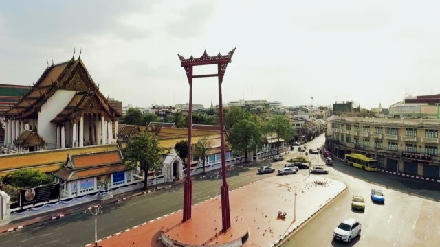 aerial view of giant swing (sao chingcha) and traffic jam - wat video stock e b–roll