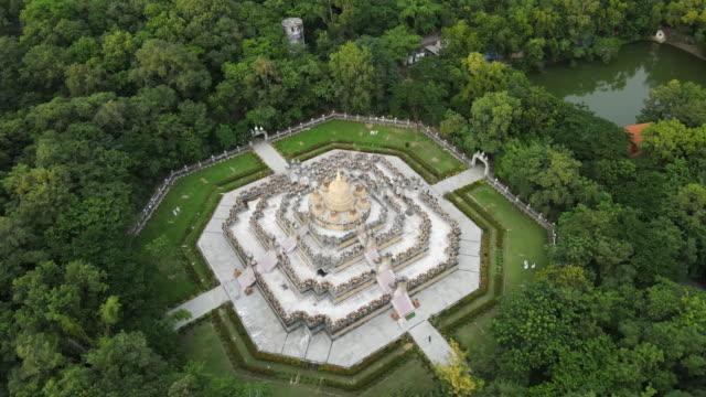 タイ・ロイエ州のゴールデンパゴダ「チェディ・マハ・モンコル・ブア」の空中写真;ズームアウト - 仏塔点の映像素材/bロール